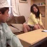 【三十路素人adaruto熟女動画】美人妻が電気屋の男性をパンチラ誘惑…不倫セックスでザーメンを浴びる!