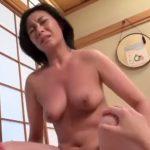 【近親相姦adaruto熟女動画】巨乳美熟女ママが優しく息子のペニスをおしゃぶりしてセックスする!